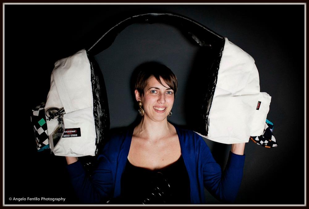Zelda Roc con maxi-cuffie EASTPAK di Eva Nikolaidou -Angelo Ferrillo Photography